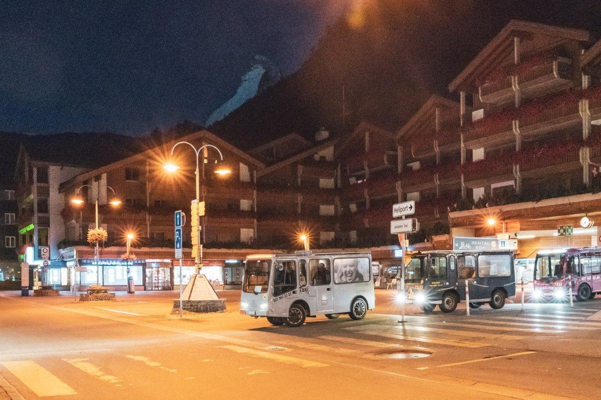 Bahnhofsplatz in Zermatt am frühen Morgen