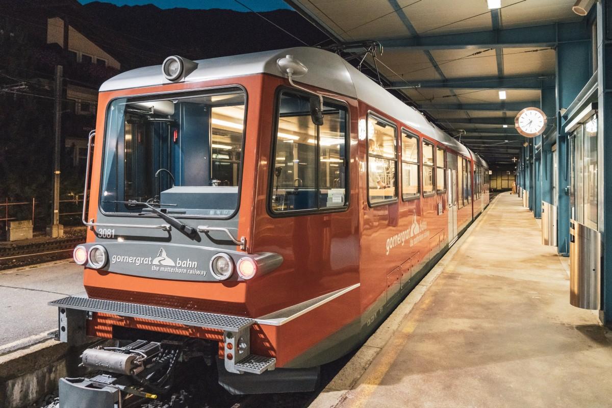 Erster Zug der Gornergratbahn in Zermatt am frühen Morgen