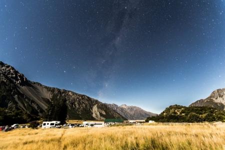 Milchstraße über dem Hooker Valley und dem Mount Cook Village in Neuseeland