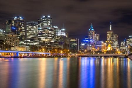 Beleuchtete Skyline von Melbourne am Yarra River