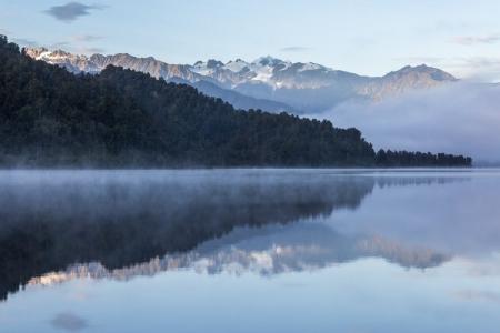 Morgennebel am Lake Mapourika, Neuseeland