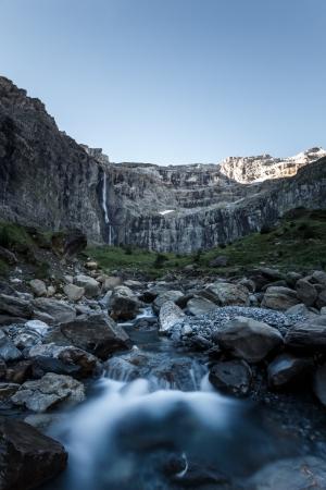 Cirque de Gavarnie mit Wasserfall am Morgen, Frankreich