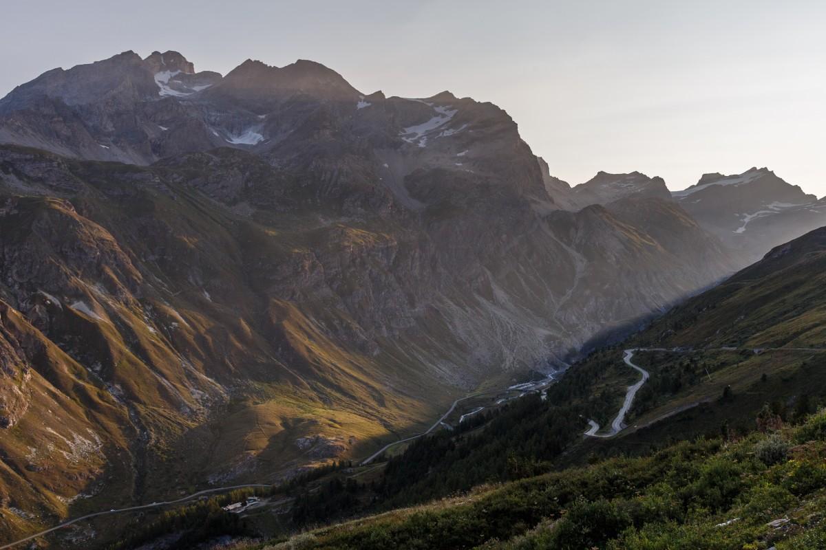 Straße zum Col de l'Iséran im Sonnenaufgang