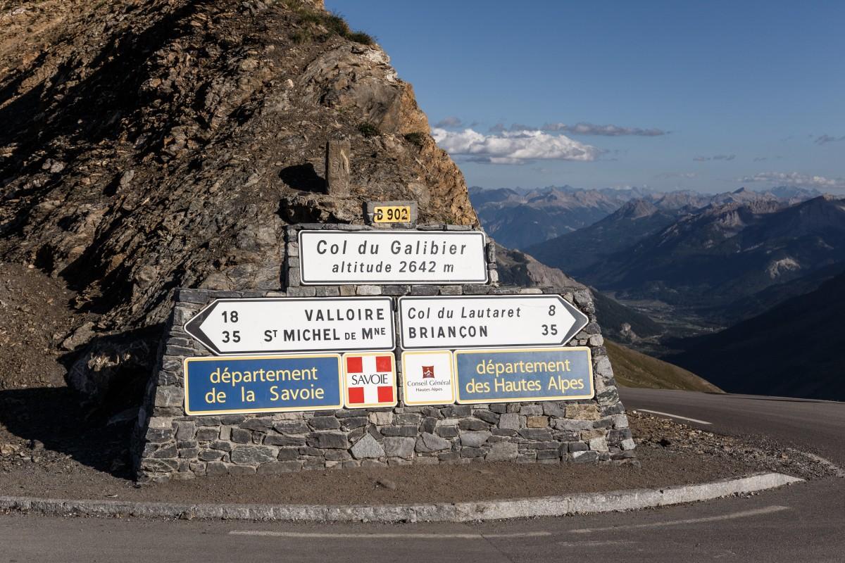 Col du Galibier mit Verkehrsschild auf der Passhöhe