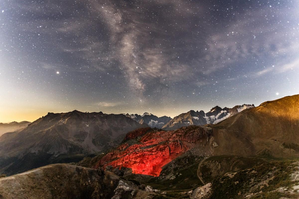 Milchstraße und Sterne über dem Col du Galibier in den französischen Alpen