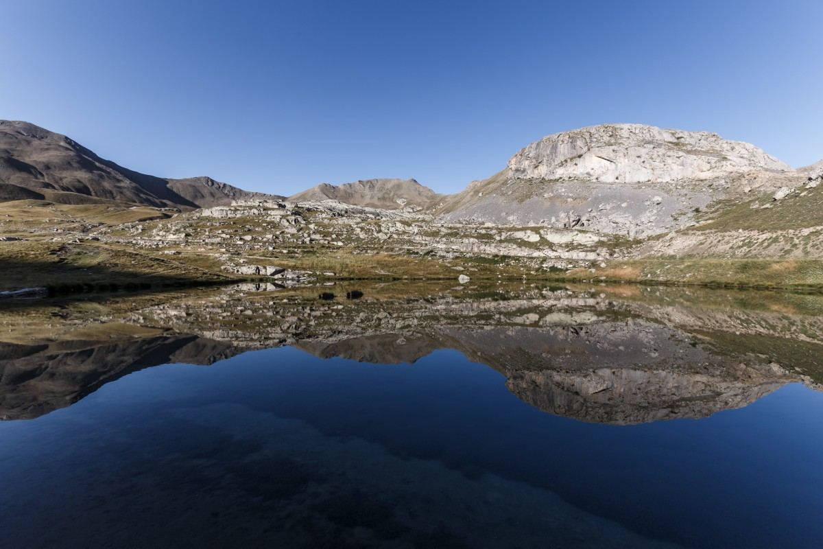 Spiegelung im Sonnenaufgang am See unterhalb des Col de la Bonette