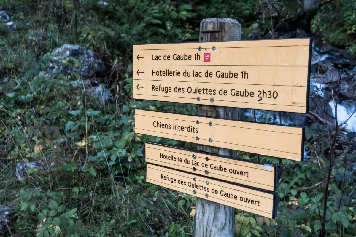 Wegweiser für Wanderer an der Pont d'Espagne zum Lac de Gaube