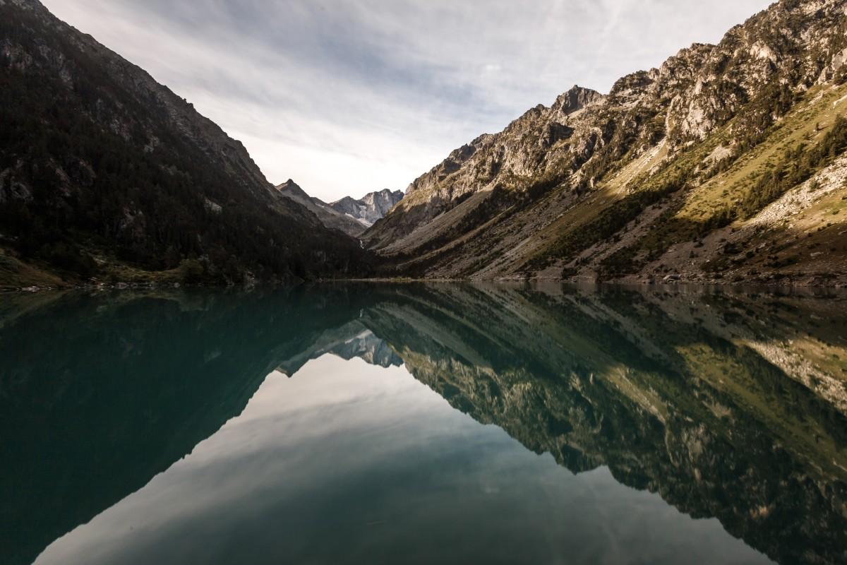 Sonnenaufgang am Lac de Gaube in den Pyrenäen mit Spiegelung im Wasser