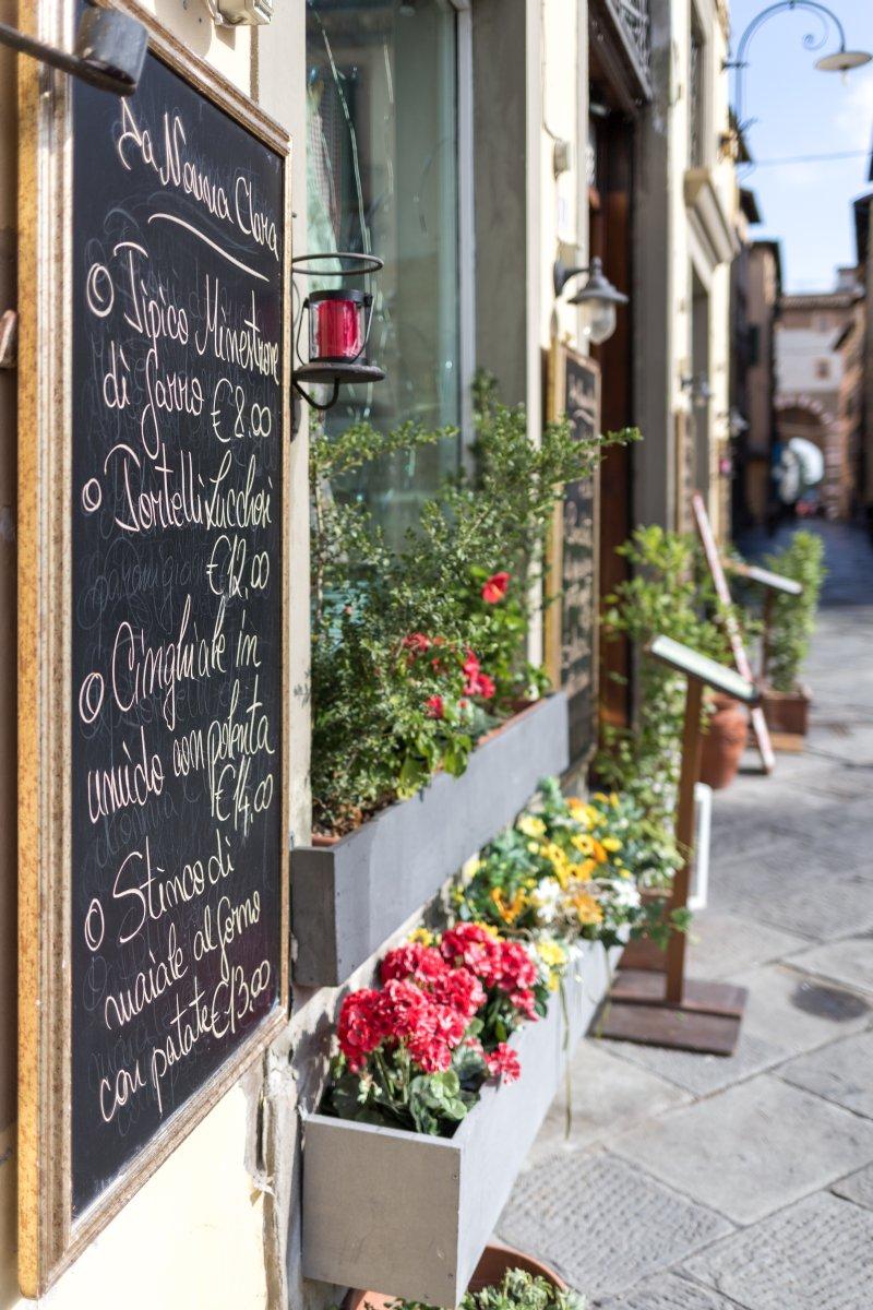 Straße in Lucca in der Toskana