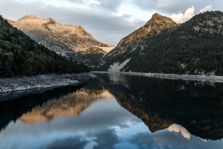 Sonnenaufgang am Lac d'Orédon im Massif du Néouvielle in den Pyrenäen