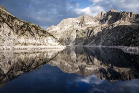 Sonnenaufgang am Lac de Cap de Long im Massif du Néouvielle in den Pyrenäen