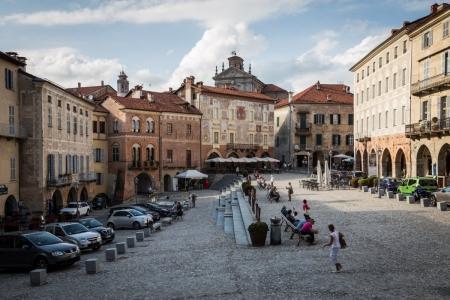 Platz in der Oberstadt von Mondovì im Piemont