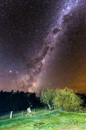 Der australische Nachthimmel und die Milchstraße über Towong