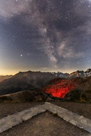 Milchstraße über dem Col du Galibier und dem Nationalpark Écrins in den französischen Alpen