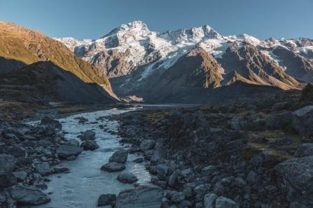 Fluss im Hooker Valley mit Blick auf Mount Sefton