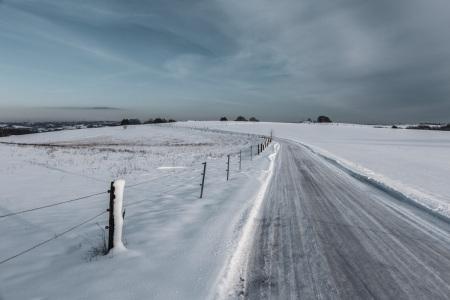 Verschneite Straße nach Herchenbach im Saarland