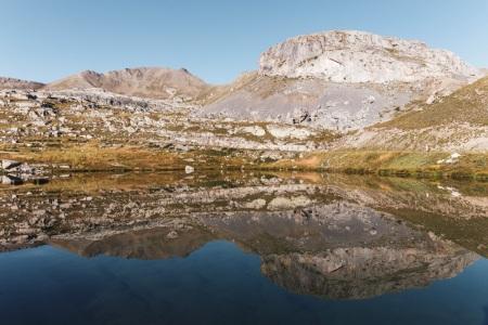 Spiegelung der Landschaft in einem See am Col de la Bonette