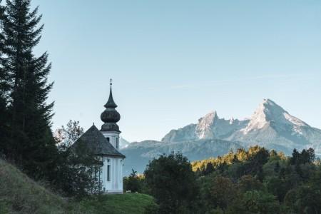 Wallfahrtskirche Maria Gern am Morgen mit Watzmann