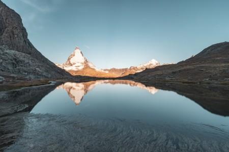 Sonnenaufgang am Matterhorn mit Spiegelung im Riffelsee