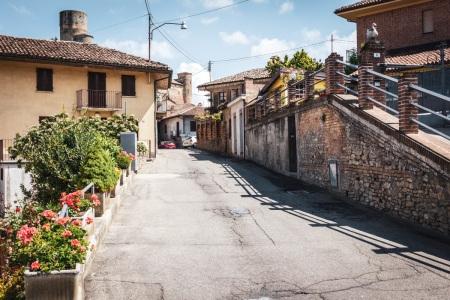 Straßenszene im Piemont