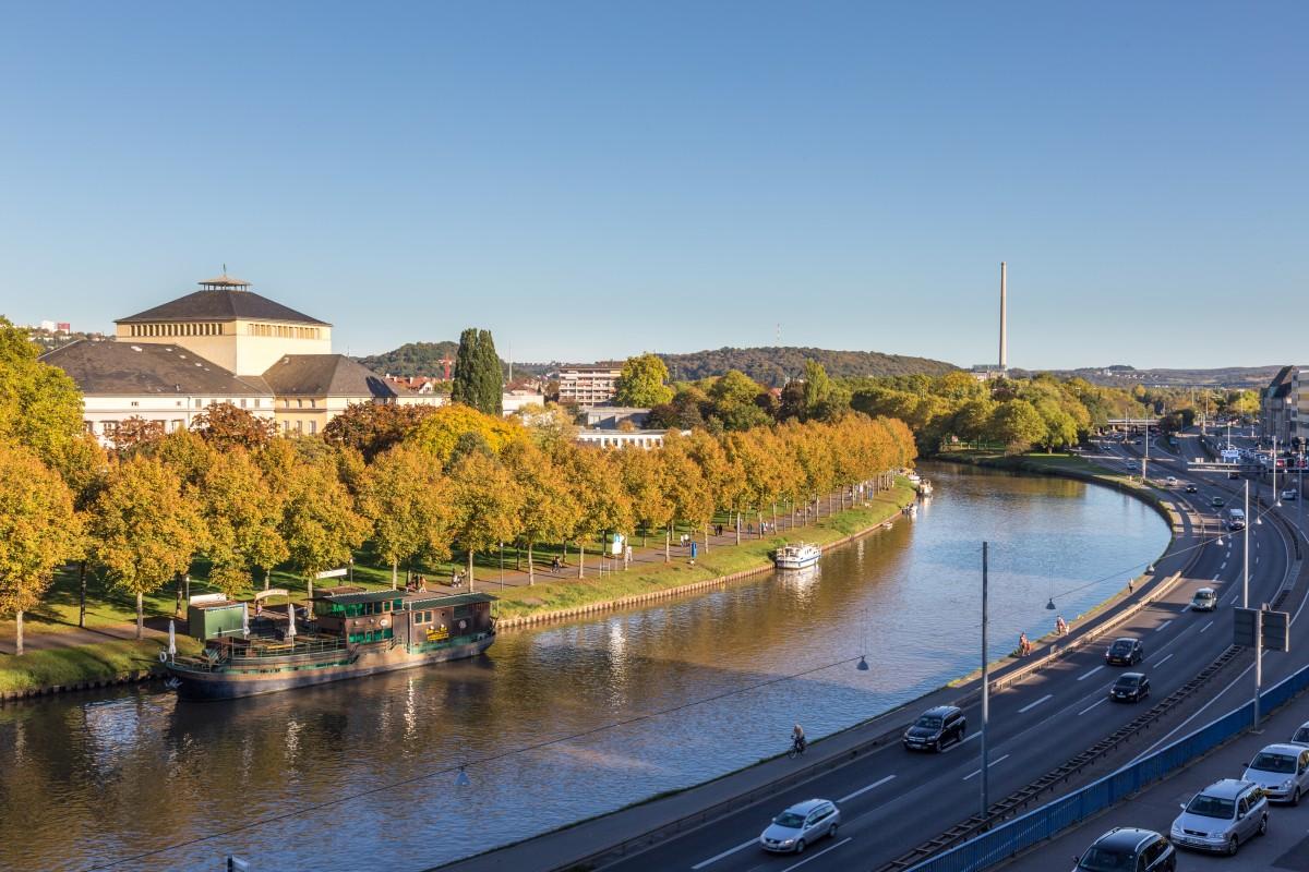 Herbst am Saarbrücker Schloss mit Blick auf das Staatstheater und die Saar