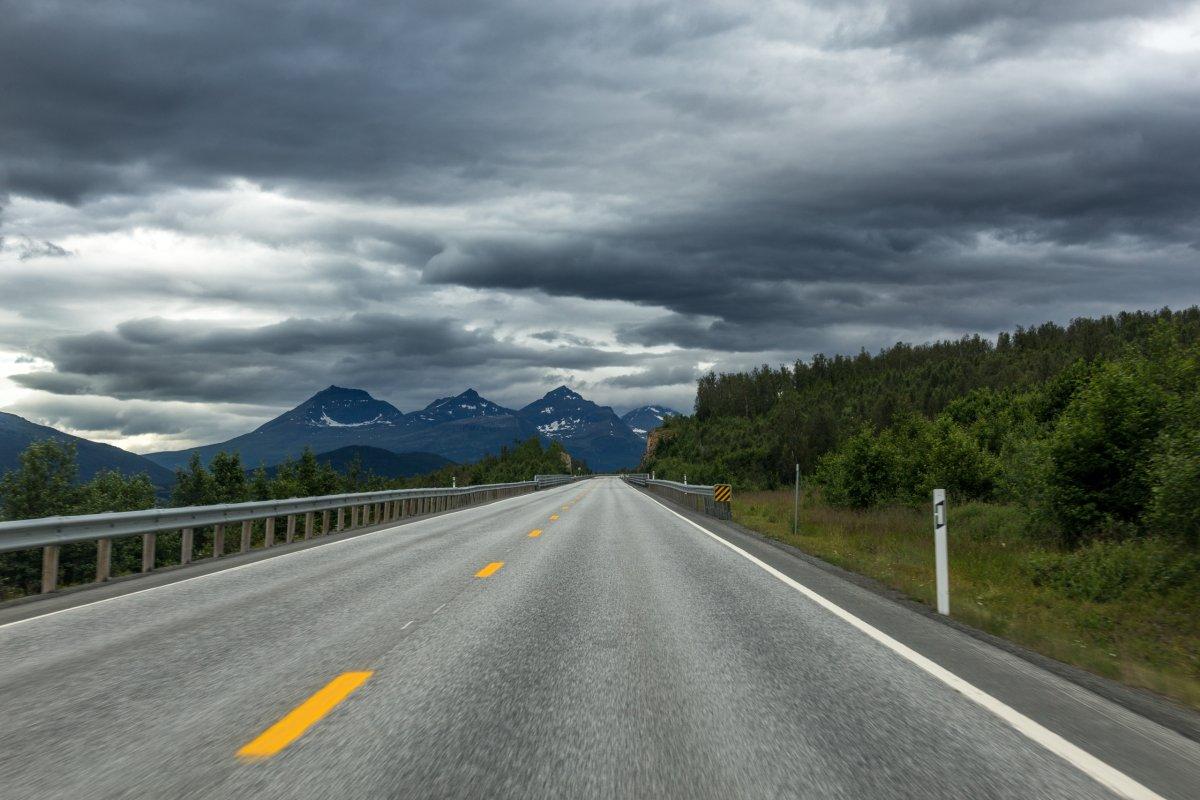 Straße nach Tromsø in Nordnorwegen