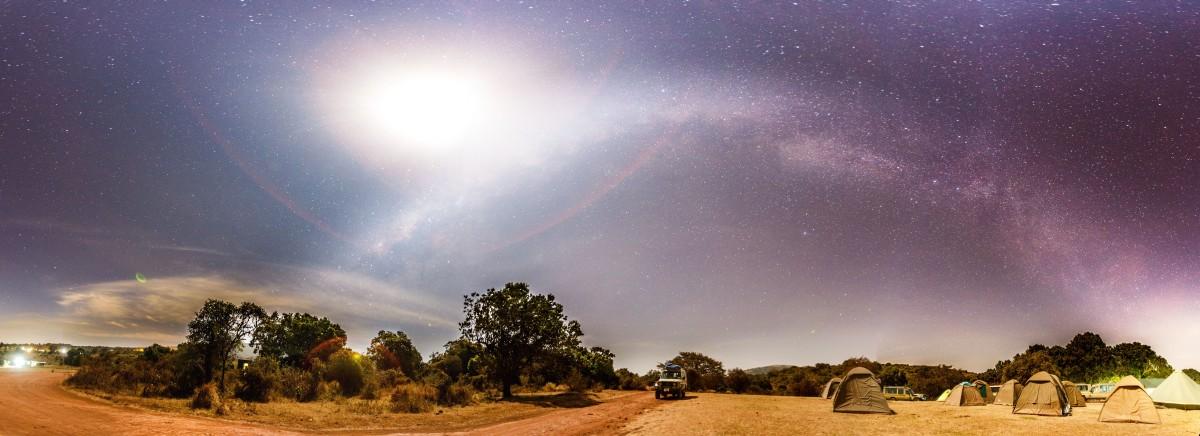 Milchstraße und Vollmond am Simba Campsite am Ngorongoro-Kraterrand