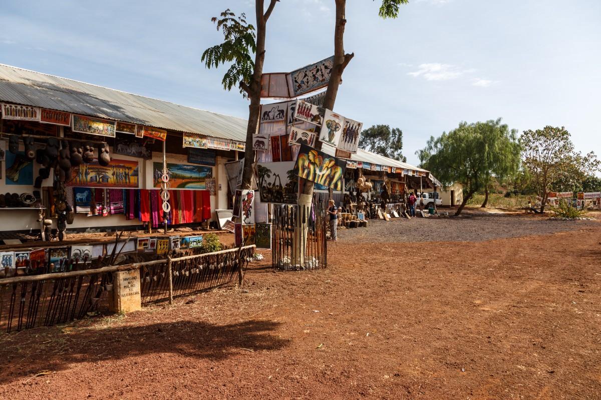 Typischer Souvenirshop an der Straße nach Arusha