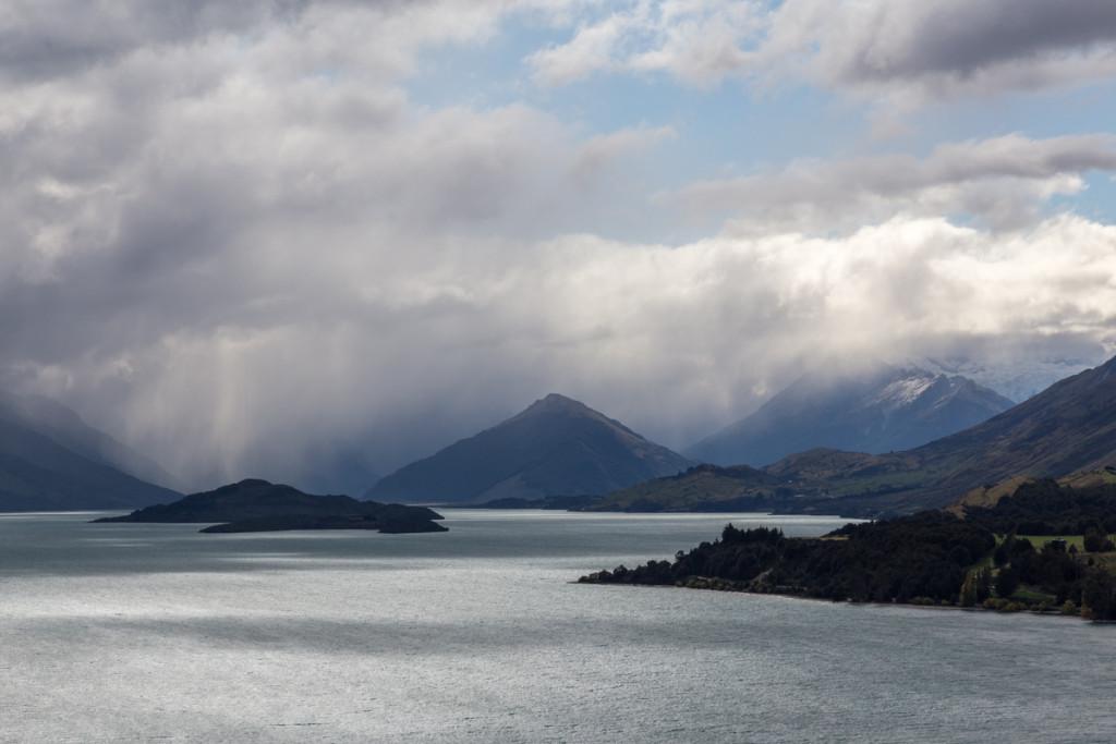 Regenfront am nördlichen Ende des Lake Wakatipu in Glenorchy