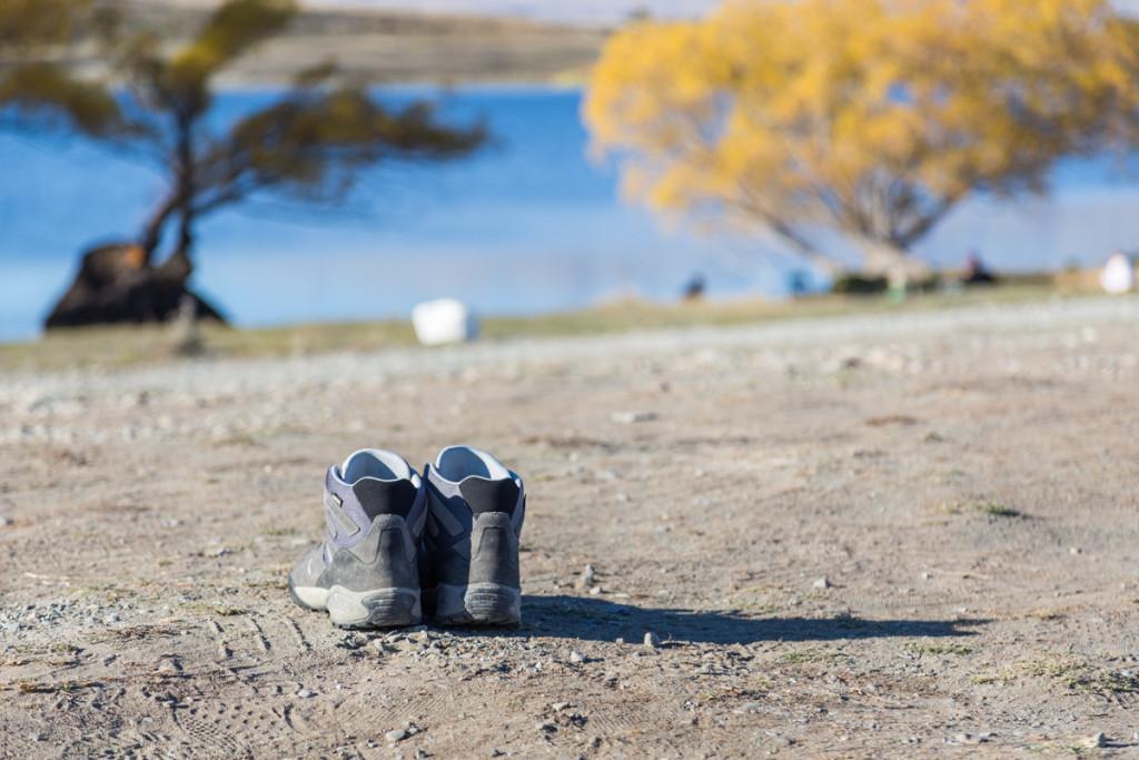 Wanderschuhe vor dem Lake MacGregor