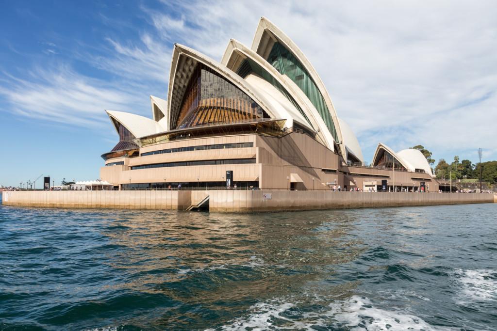 Das Opernhaus von Sydney vom Wasser aus betrachtet