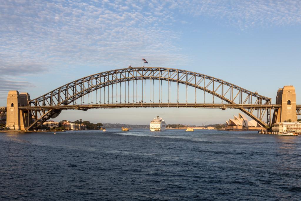 Kreuzfahrtschiff unter der Sydney Harbour Bridge