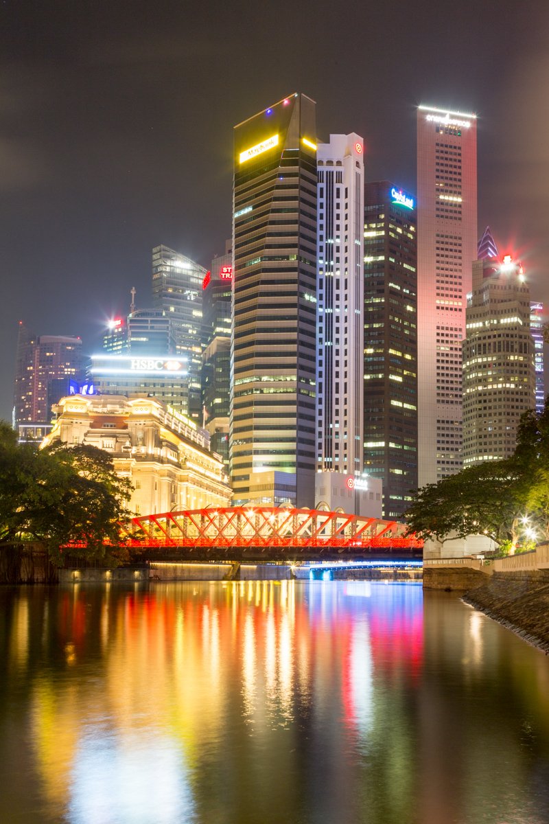 Beleuchtete Anderson Bridge mit der Skyline von Singapur