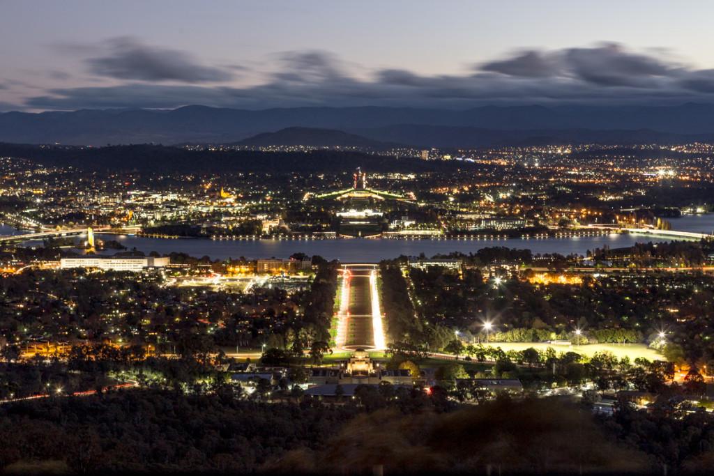 Nächtlicher Blick vom Mount Ainslie auf Canberra