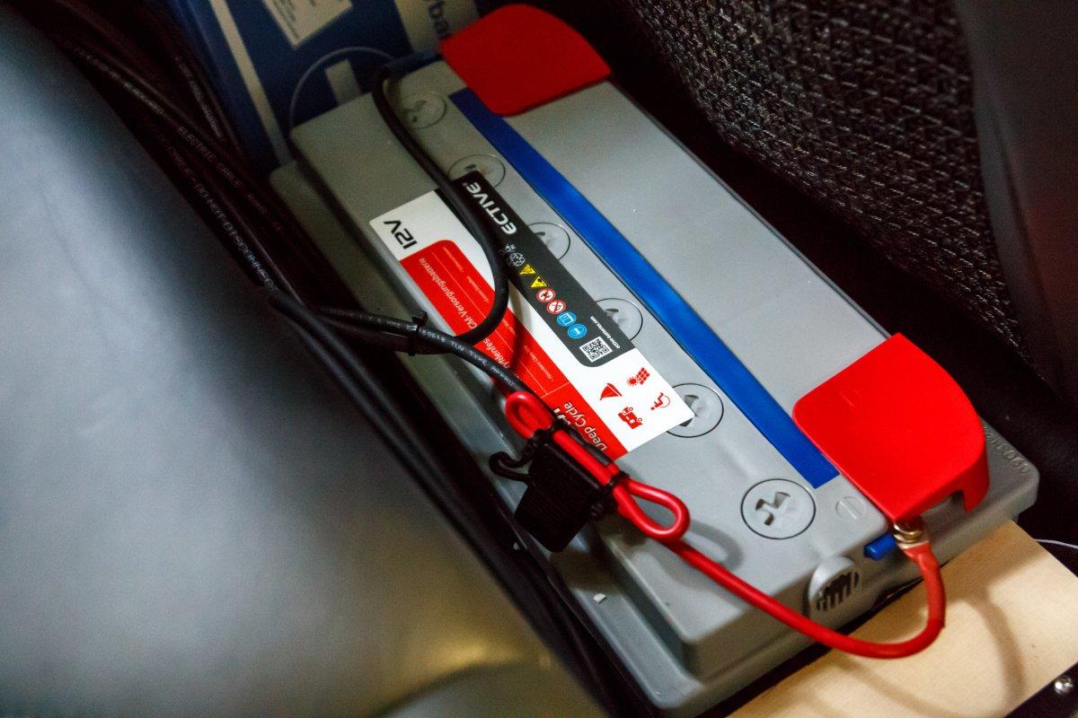 AGM-Solarbatterie mit Anschlüssen