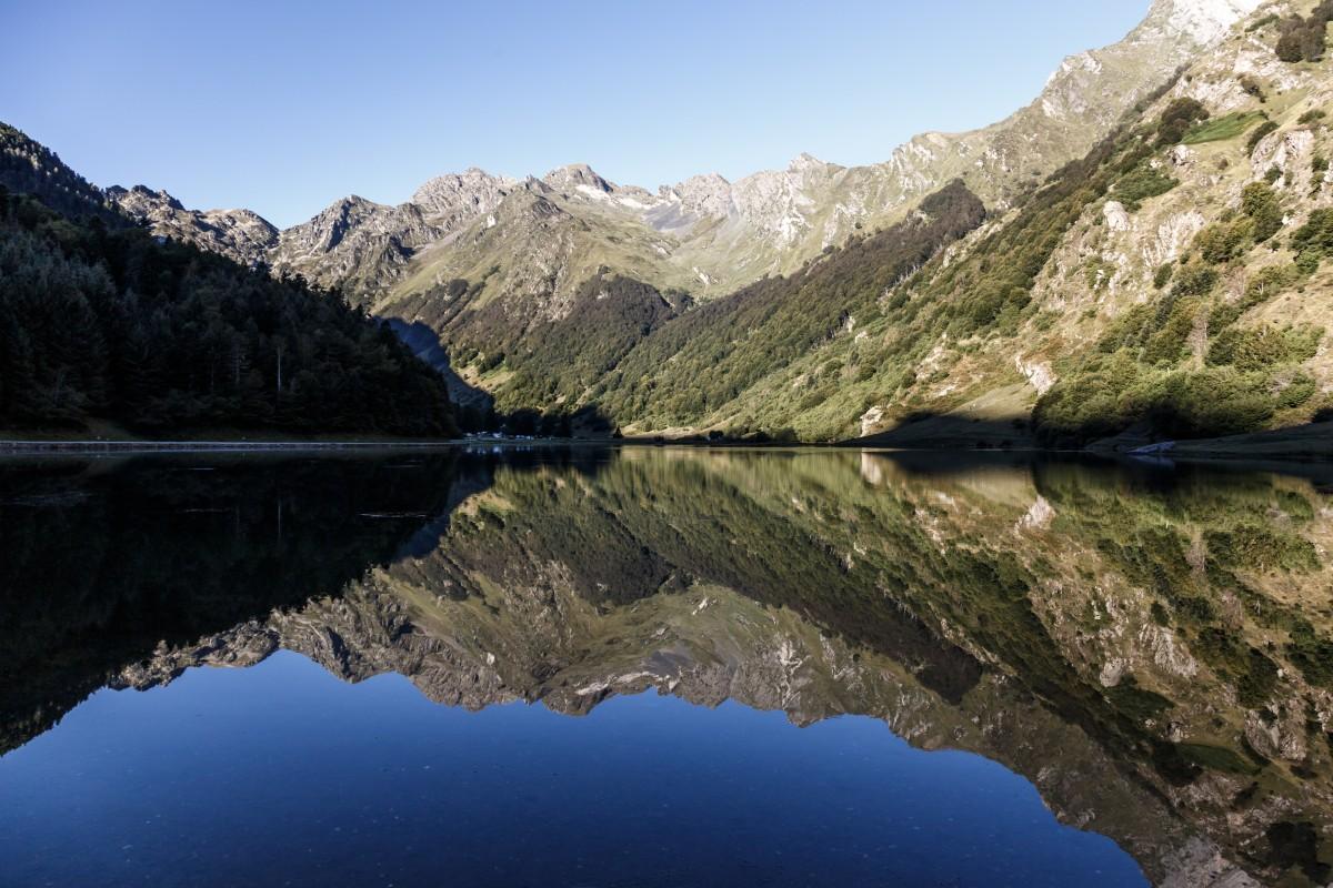 Sonnenaufgang und Spiegelung am Lac d'Estaing in den Pyrenäen
