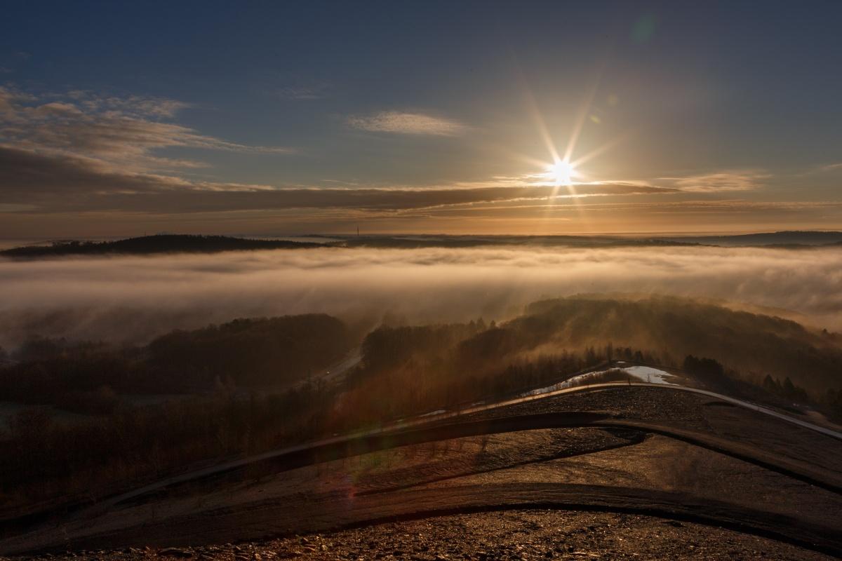 Sonnenaufgang an der Bergehalde Göttelborn im Saarland