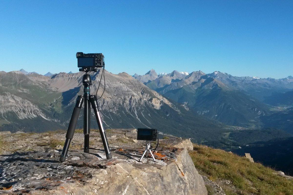 Reisestativ vor Bergkulisse in den Alpen