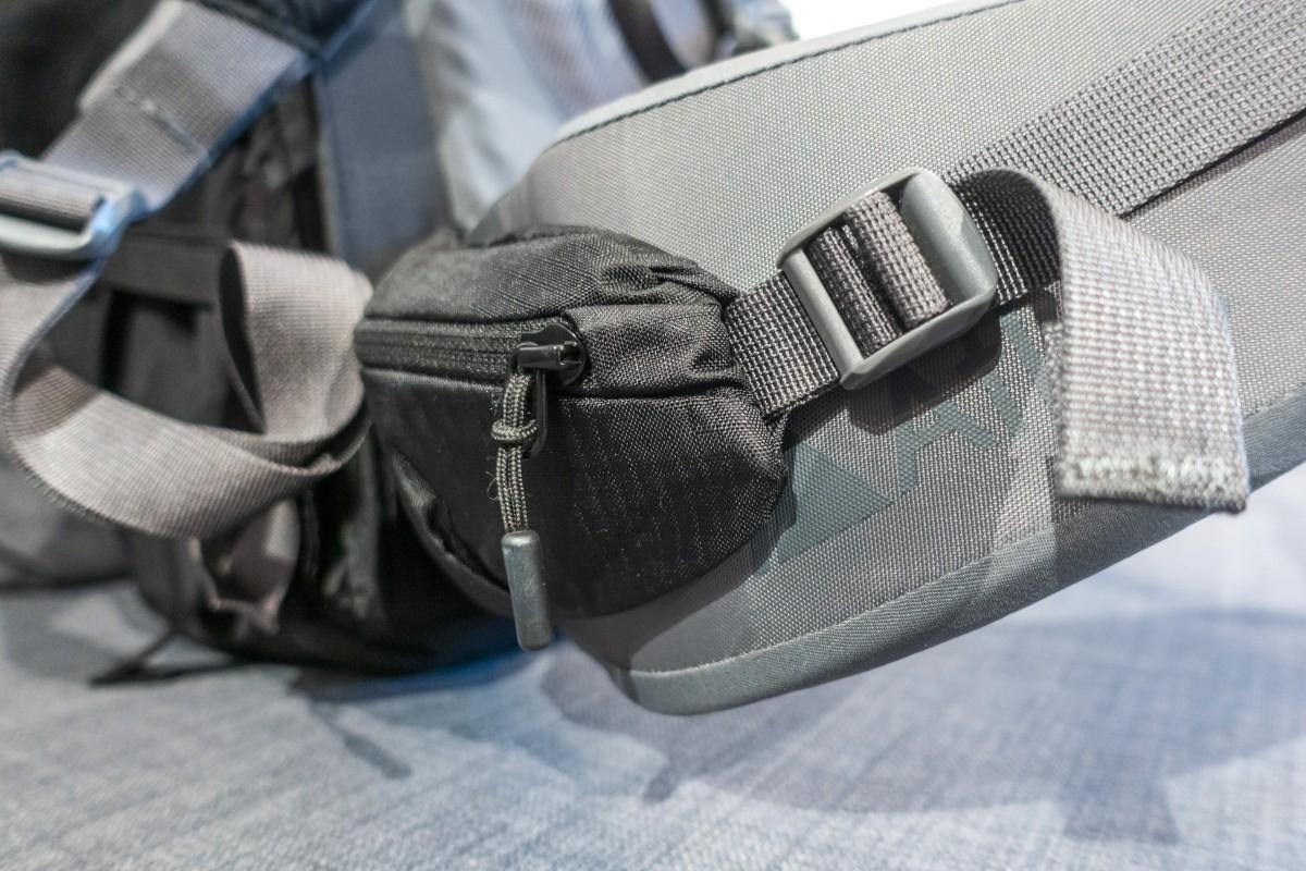 Seitentasche am Hüftgurt des Atlas Athlete Fotorucksack